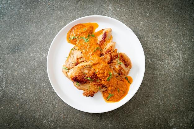 Steak de poulet grillé avec sauce au curry rouge - style cuisine musulmane
