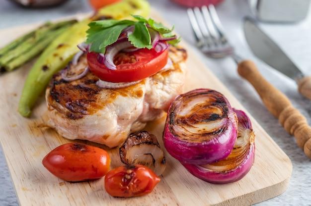 Steak de poulet placé sur un plateau en bois.