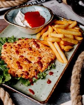 Steak de poulet servi avec frites, ketchup et mayonnaise