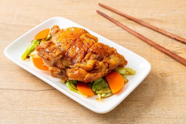 Steak de poulet teppanyaki teriyaki avec chou et carotte