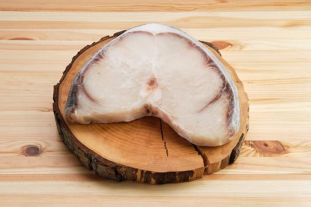 Steak de requin bleu congelé sur une table en bois