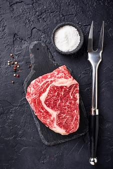 Steak ribeye cru et épices