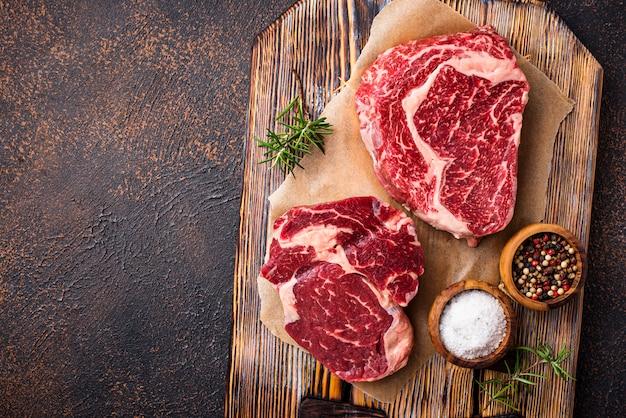 Steak ribeye crue et épices
