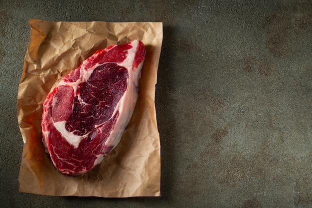 Steak ribeye, grillé avec du poivre et de l'ail.