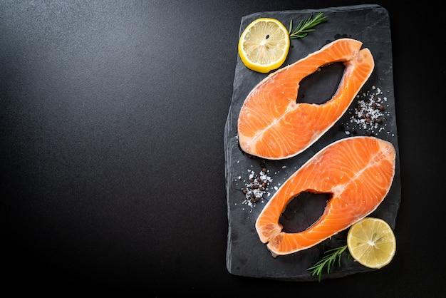 Steak de saumon cru frais