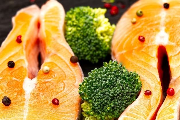 Steak de saumon cru sur planche de bois se bouchent