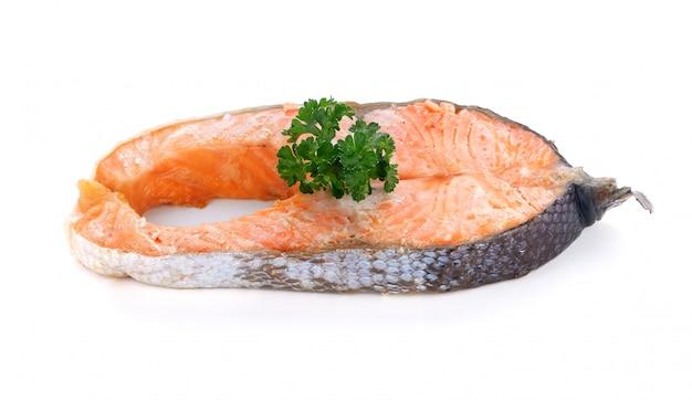 Steak de saumon sur fond blanc