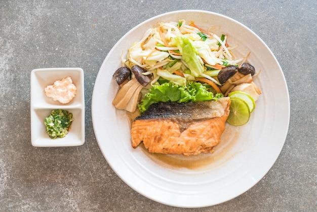 Steak de saumon frit avec des légumes