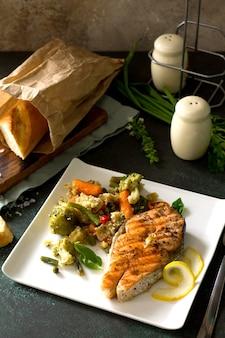 Steak de saumon grillé couscous et légumes alimentation saine espace copie