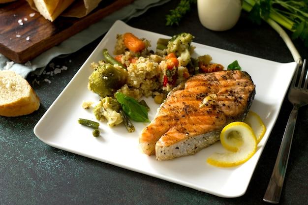 Steak de saumon grillé couscous et légumes alimentation saine