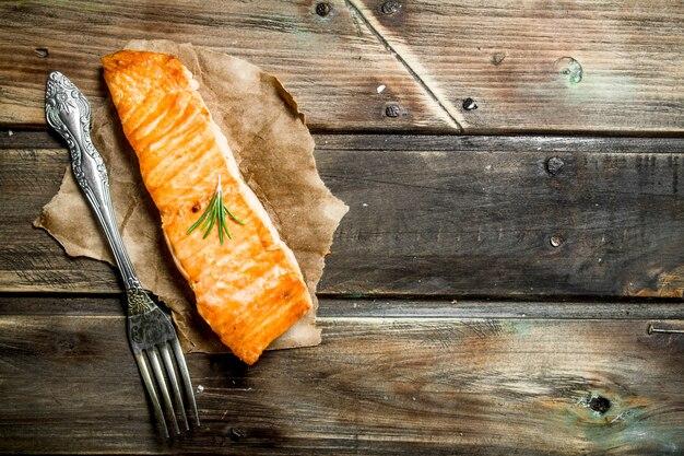 Steak de saumon grillé sur papier.
