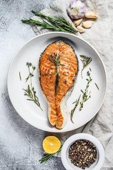 Steak de saumon grillé. poissons de l'atlantique. vue de dessus
