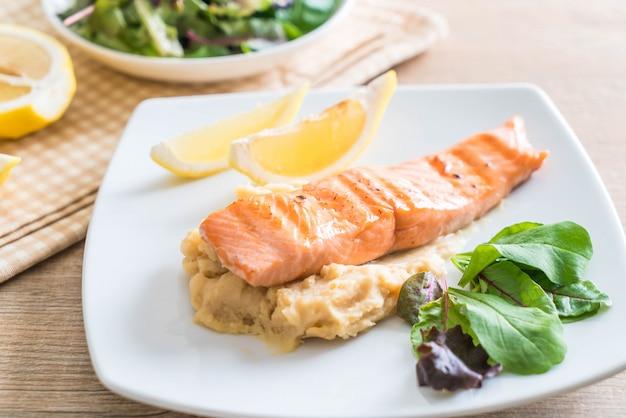 Steak de saumon grillé avec purée de pommes de terre et légumes