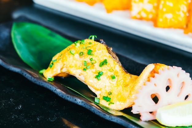 Steak de saumon grillé avec sauce sucrée