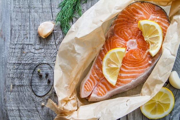 Steak de saumon et ingrédients