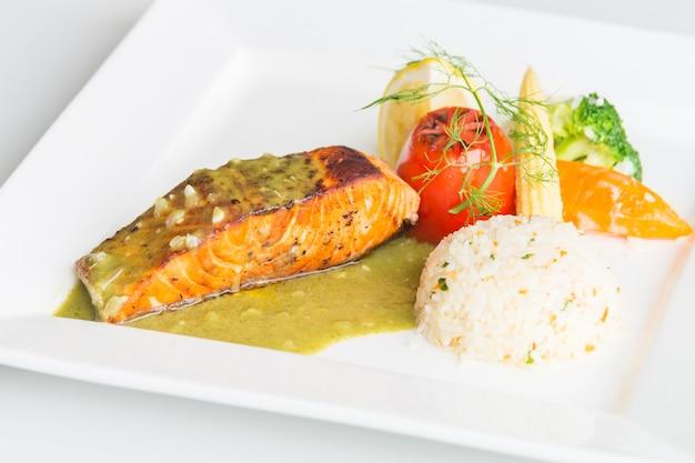 Steak de saumon sur une plaque blanche