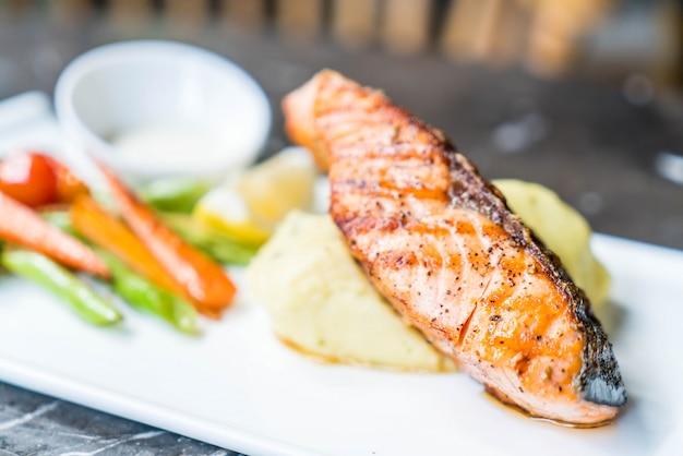 Steak de saumon avec purée de pommes de terre et légumes