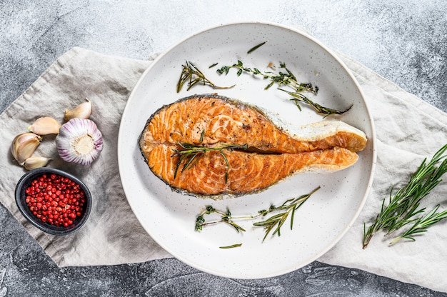 Steak de saumon rôti. fruits de mer sains. vue de dessus