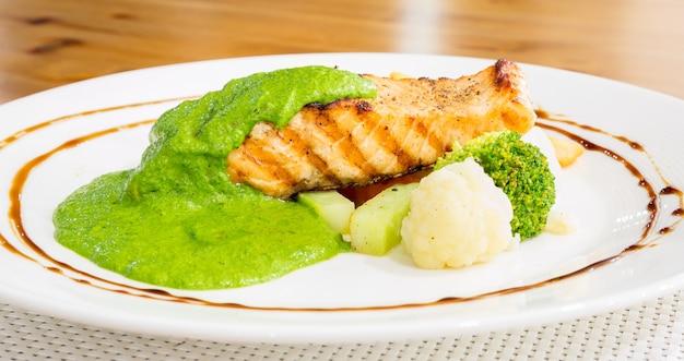 Steak de saumon à la sauce pesto
