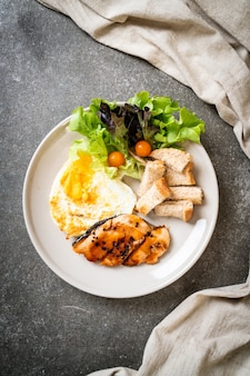 Steak de saumon teriyaki avec œuf au plat et salade