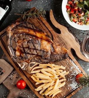 Steak servi avec frites et salade