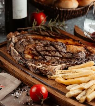 Steak servi avec frites et tomates