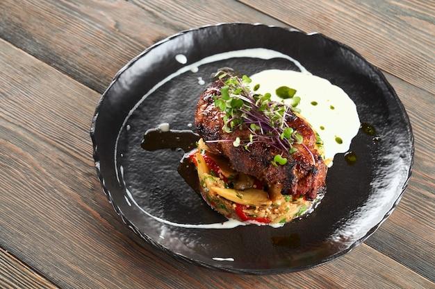 Steak servi avec légumes grillés et crème sure