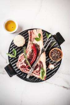 Steak de striplon de boeuf cru aux épices pour la cuisson