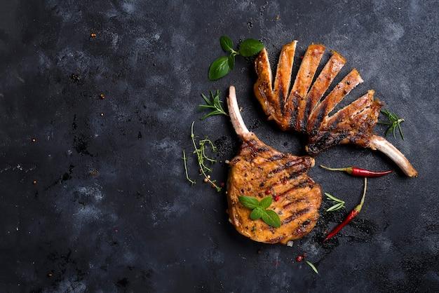 Steak de t-bone grillé sur table en pierre. vue de dessus avec espace de copie