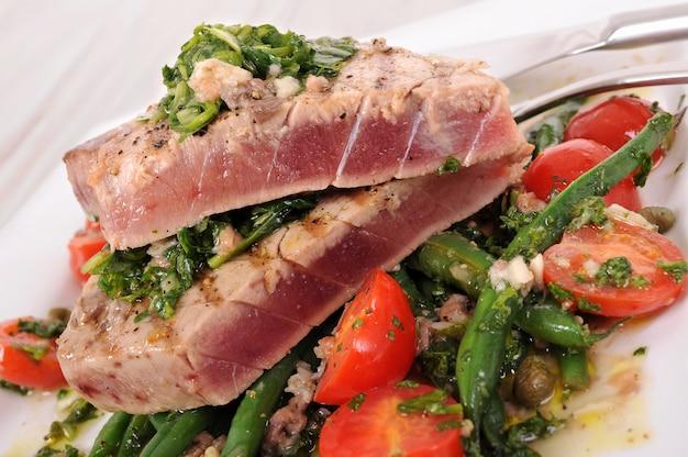 Steak de thon cuit avec haricots verts et tomates cerises
