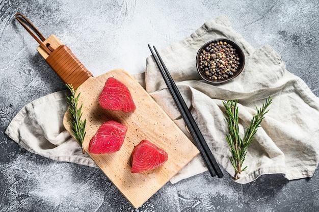 Steak de thon frais sur une planche à découper