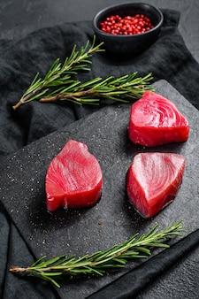 Steak de thon rouge cru. fond noir. vue de dessus