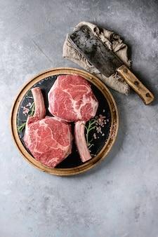 Steak tomahawk cru