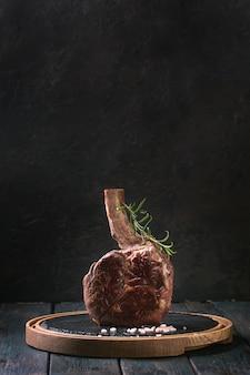 Steak de tomahawk grillé