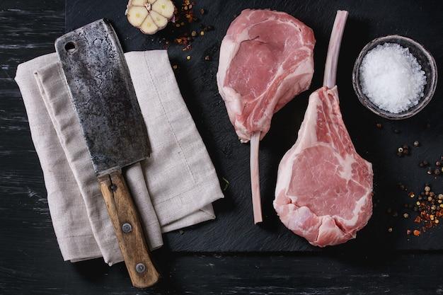 Steak de tomahawk de veau cru