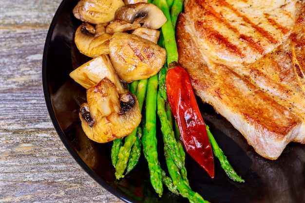 Un steak tranché grillé. steak épais grillé juteux assaisonné avec frais du barbecue d'été.