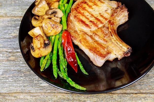 Un steak tranché grillé. steak épais grillé juteux assaisonné