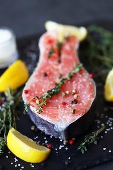 Steak de truite aux épices et sel de mer. pavé de saumon salé. poisson rouge. alimentation saine oméga 3. régime céto.