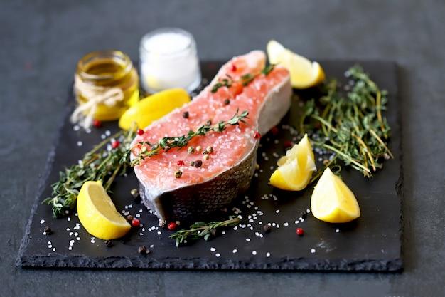 Steak de truite aux épices et sel de mer. pavé de saumon salé. poisson rouge. oméga alimentaire sain. régime céto.