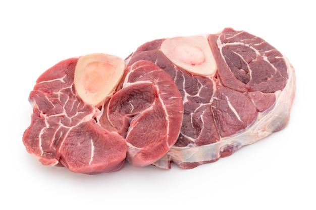 Steak de veau isolé sur blanc.