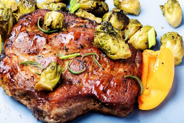 Steak de viande aux choux de bruxelles