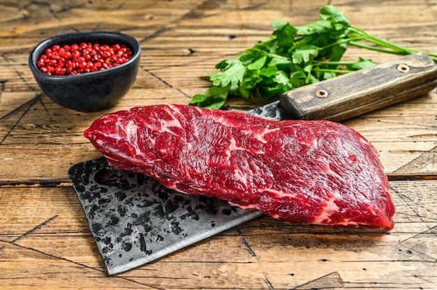 Steak de viande de bœuf denver cru sur un couperet.