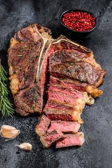 Steak de viande de boeuf à la florentine italienne grillée ou à l'os.