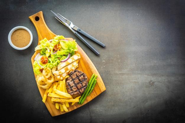 Steak de viande de bœuf grillé avec sauce frites