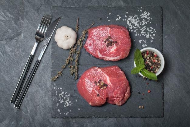 Steak de viande fraîche crue et assaisonnements