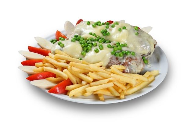 Steak de viande grillé avec frites de patates douces cuites au four.