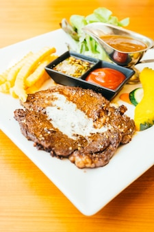 Steak de viande grillée au légume