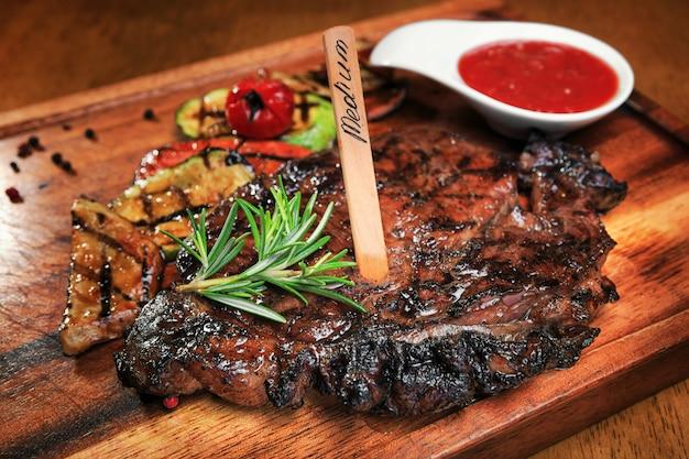 Steak de viande sur une planche de bois