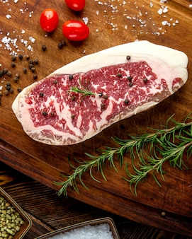 Steak viande romarin tomate poivre vue de dessus