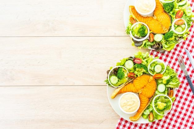 Steak de viande de saumon grillé avec des légumes frais